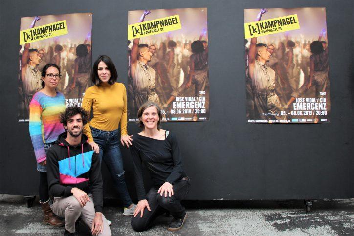 """Mariana Chavez Cervantes, Heidi Knaut, Xavier Eidglas und Judith Newerla sind vier von rund 100 Tänzern der Massenperformance """"Emergenz"""". Foto: Sahra Vittinghoff"""