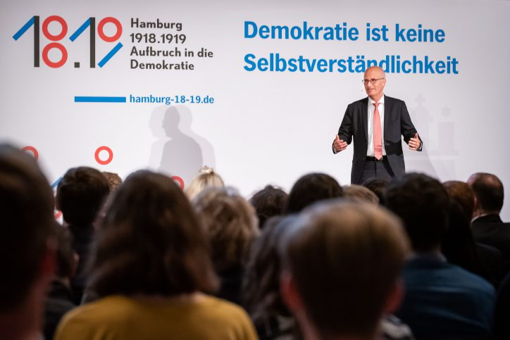 """Hamburg beteiligte sich am bundesweiten Schülerwettbewerb """"Demokratisch Handeln"""" unter dem Motto: """"Aufbruch in die Demokratie"""" Foto: Freie und Hansestadt Hamburg"""
