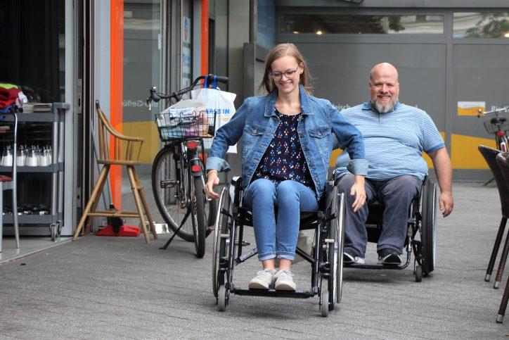 Aus der Perspektive eines Rollstuhlfahrers. Die Autorin Catharina Rudschies mit dem Coach Oliver Schmidt. Foto: Alicia Wischhusen
