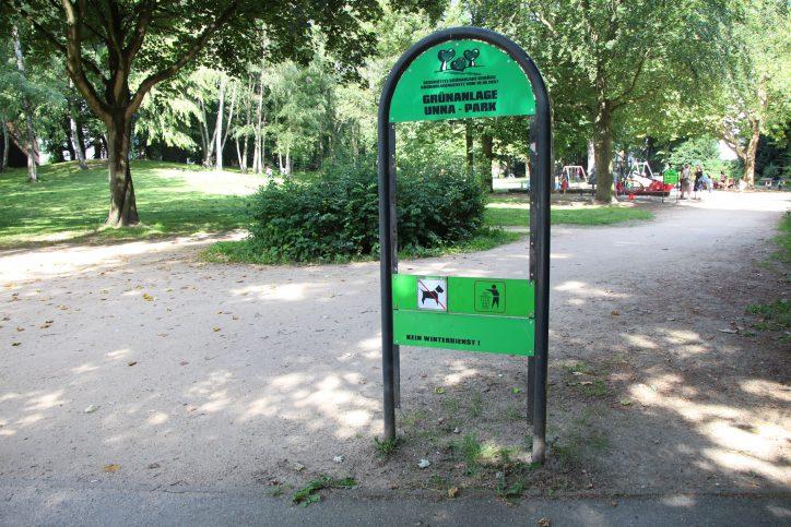 Gedenktafeln zur Erinnerung an den jüdischen Arzt Paul Gerson Unna wurden im gleichnamigen Stadtpark nahe der Osterstraße herausgerissen. Foto: Sahra Vittinghoff