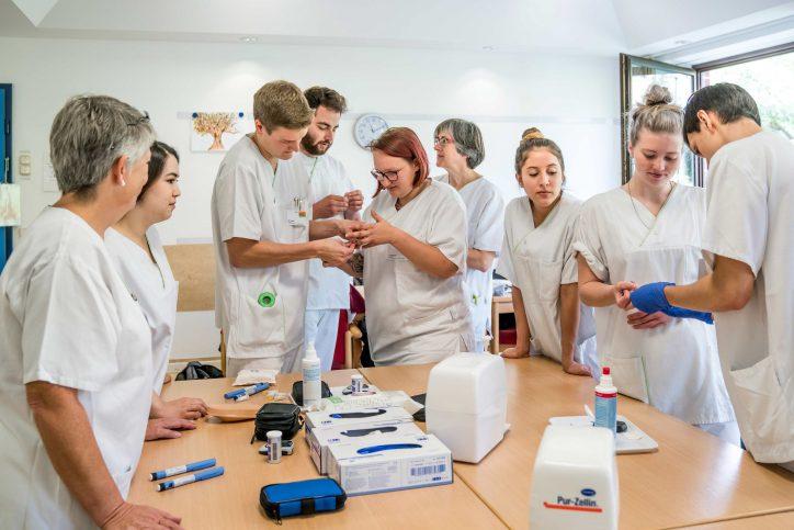 Die neue generalistische Pflegeausbildung soll den Pflegeberuf attraktiver machen. Foto: Andreas Riess