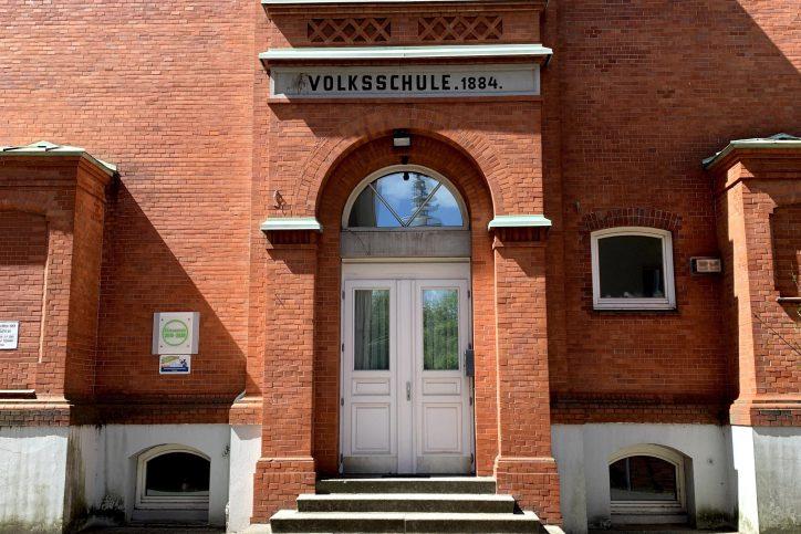 Knapp 1.700 Menschen wurden 1942 an die Sammelstelle vor der Volksschule geführt und anschließend deportiert. Foto: Holger Artus