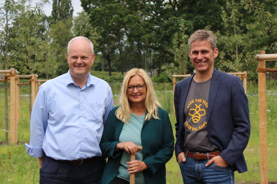 Dirk Sielmann, Renate Städtler und Bezirksamtsleiter Kay Gätgens freuen sich auf ihr neues Projekt in der Niendorfer Straße. Foto: Sahra Vittinghoff