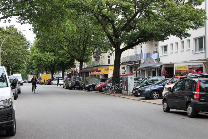 Der Eppendorfer Weg zwischen Kottwitz- und Gneisenaustraße musste am Dienstagabend gesperrt werden. Foto: Catharina Rudschies