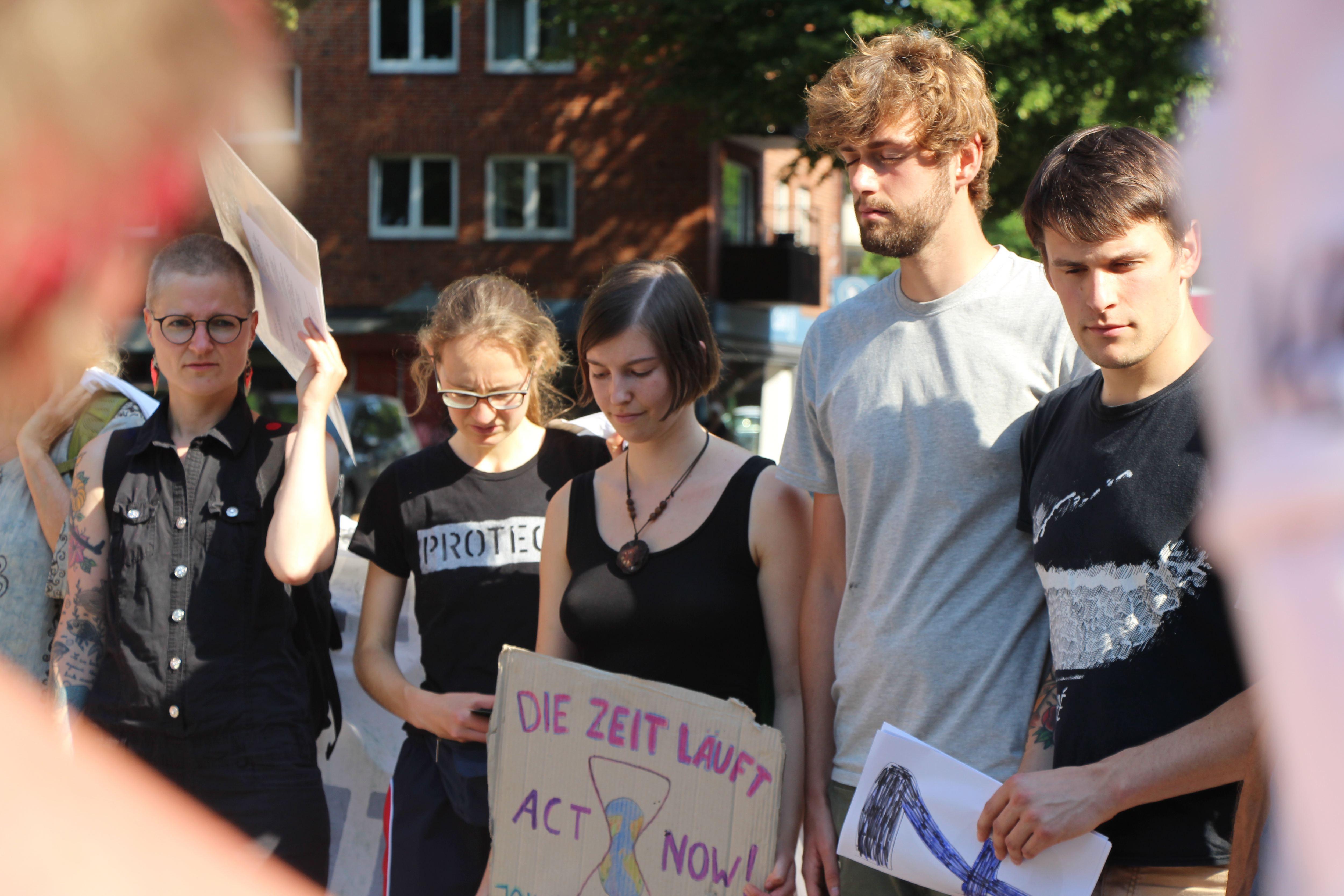 Vor der Aktion wird das Ziel verlesen. Foto: Catharina Rudschies