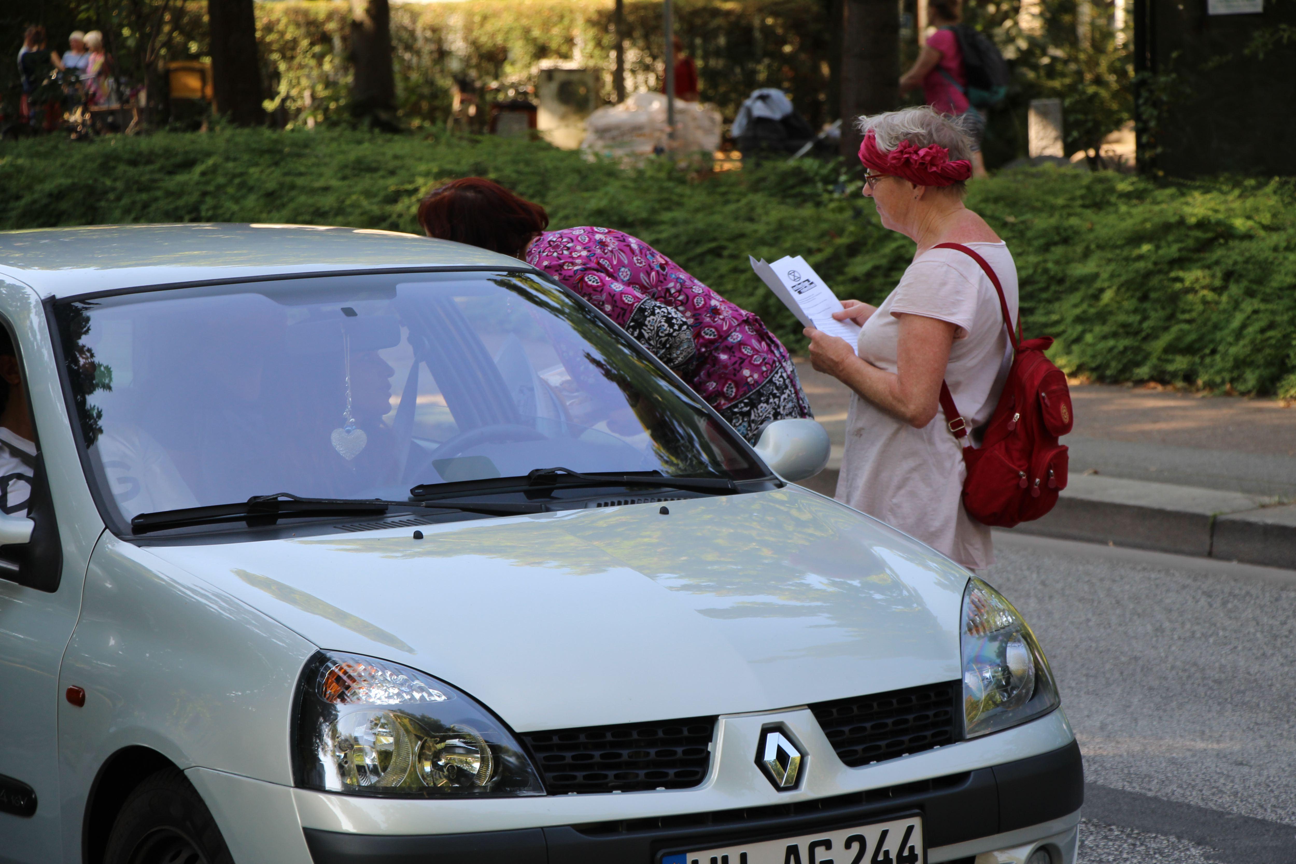 Zwei Aktivistinnen verteilen Flyer an die Autofahrer. Foto: Catharina Rudschies