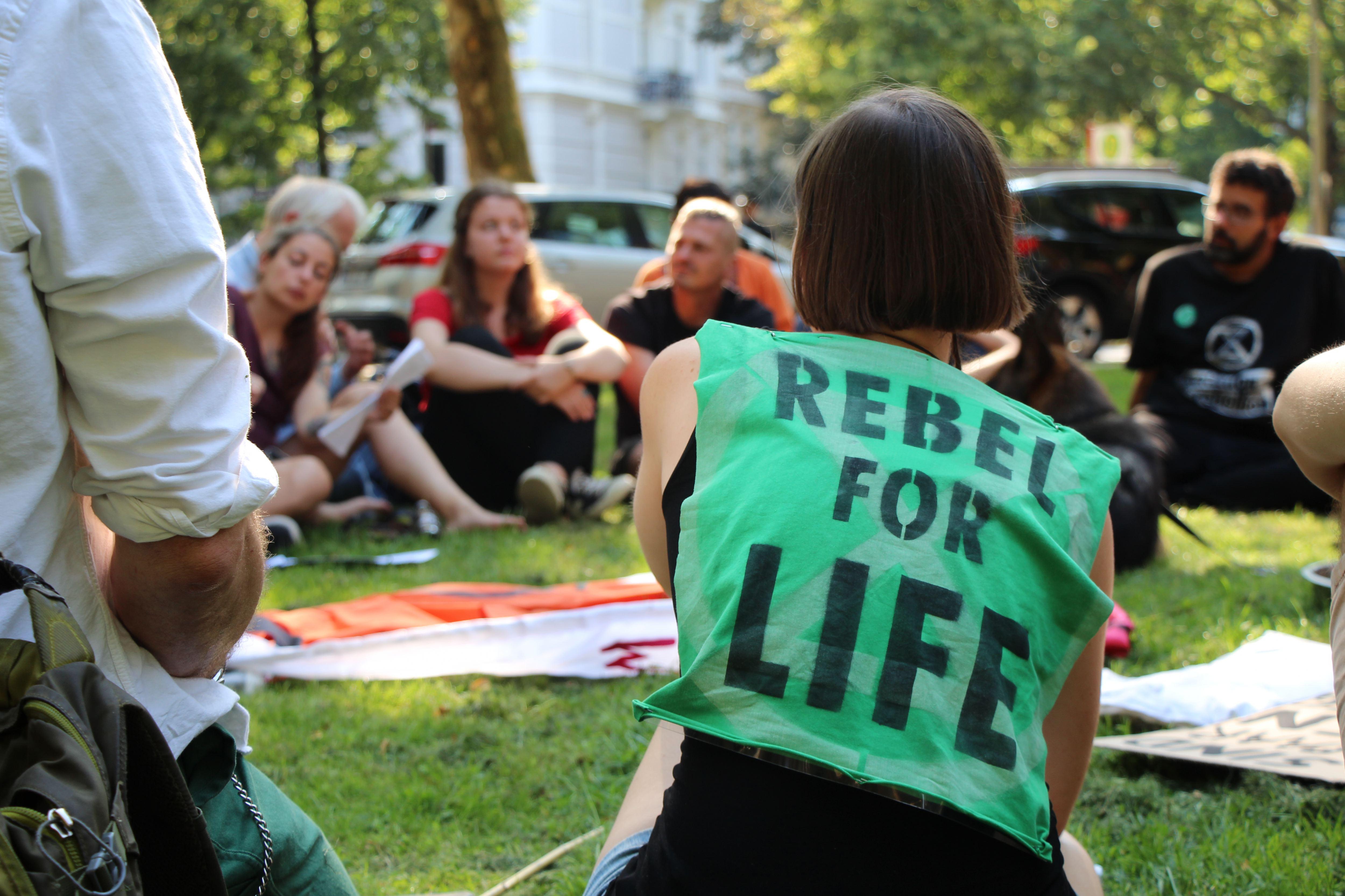 """""""Rebel for Life"""": Die Aktivisten besprechen sich. Foto: Catharina Rudschies"""