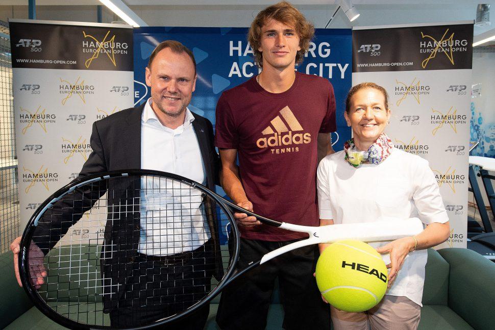 Alexander Zverev mit Innen- und Sportsenator Andy Grote (l.) und Stadiondirektorin Reichel (r.). Foto: Hamburg European Open/Witters