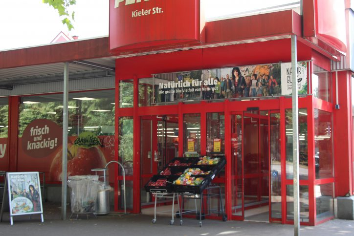 Tür beschädigt: In diesem Supermarkt in der Kieler Straße ist es vermutlich zu einem Einbruch gekommen. Die Mitarbeiter durften sich zu dem Vorfall nicht äußern. Foto: Catharina Rudschies