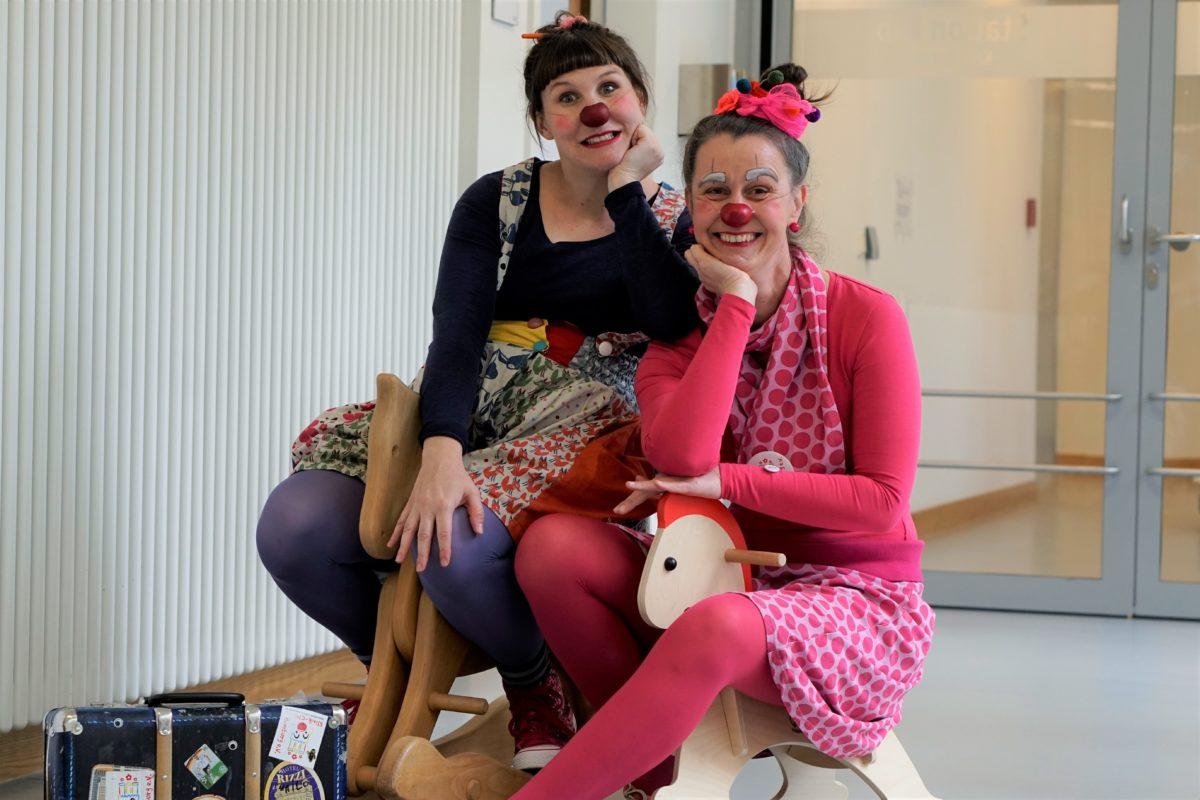 In vollem Einsatz: Die Klinik-Clowns Jojo und Schosefine im UKE. Foto: Catharina Rudschies
