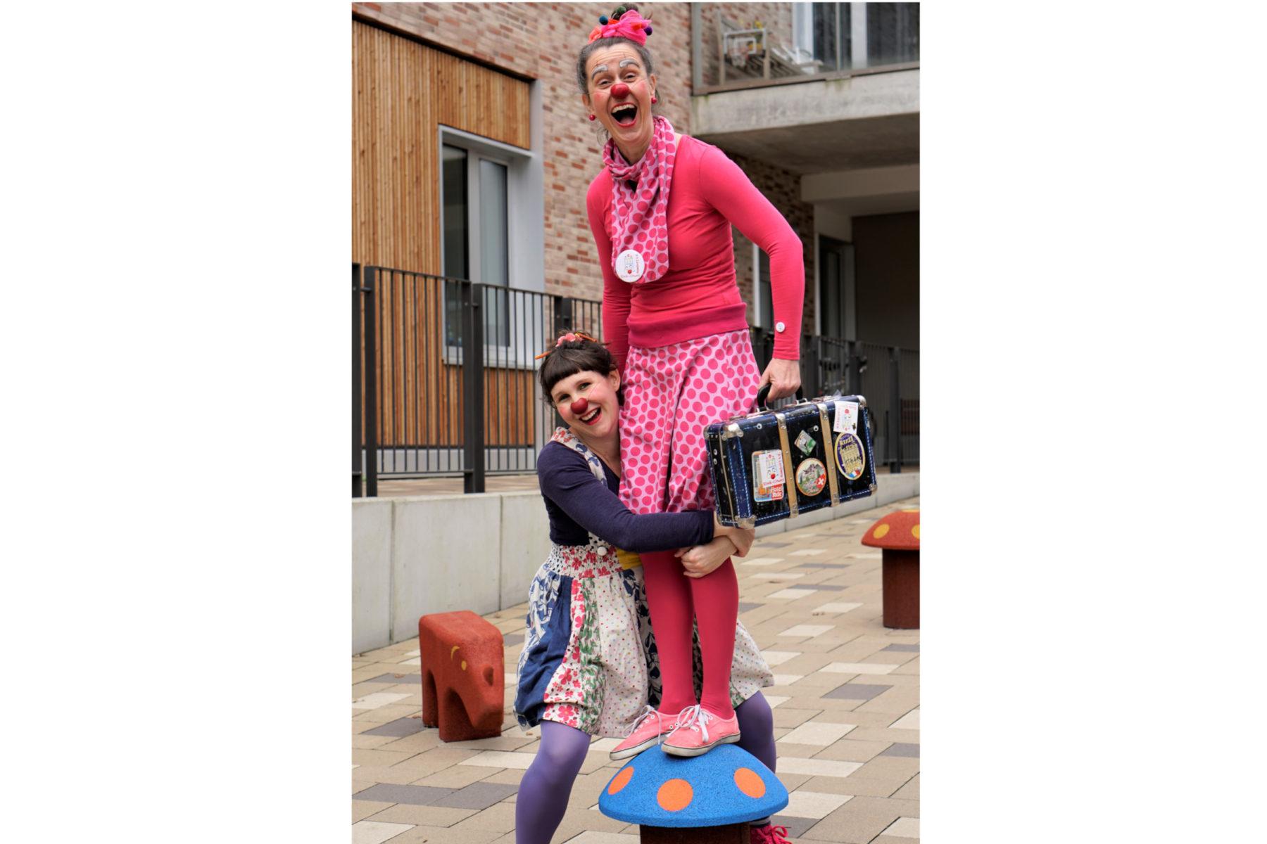 In vollem Einsatz: Sofia Nowak-Schneebeli (l.) und Birgit Musolf als Klinik-Clowns. Foto: Catharina Rudschies