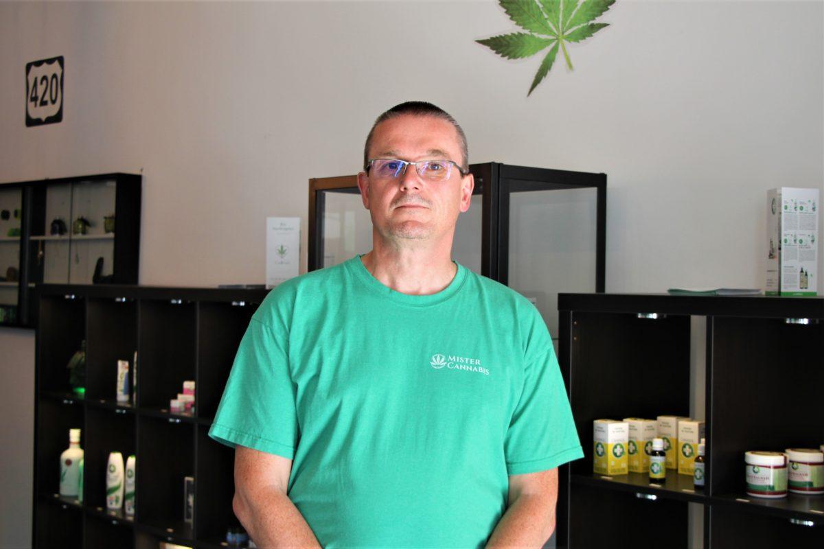 "Lutz Petrowsky, Geschäftsführer der ""Mister Cannabis GmbH"". Foto: Catharina Rudschies"