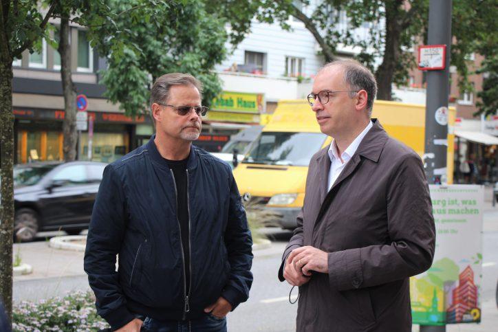 Bundestagsabgeordneter für den Wahlkreis Eimsbüttel Niels Annen (r.) im Gespräch mit einem Gewerbetreibenden. Foto: Catharina Rudschies