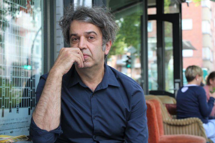 """Behzad Safari, Inhaber des """"Filmraums"""" und Organisator des """"Open Air Kinos Eimsbüttel"""". Foto: Catharina Rudschies"""