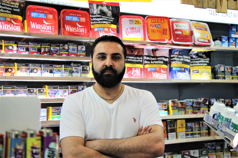 Sein Kiosk wurde überfallen: Inhaber Syrasch Akhawan, 31. Foto: Catharina Rudschies