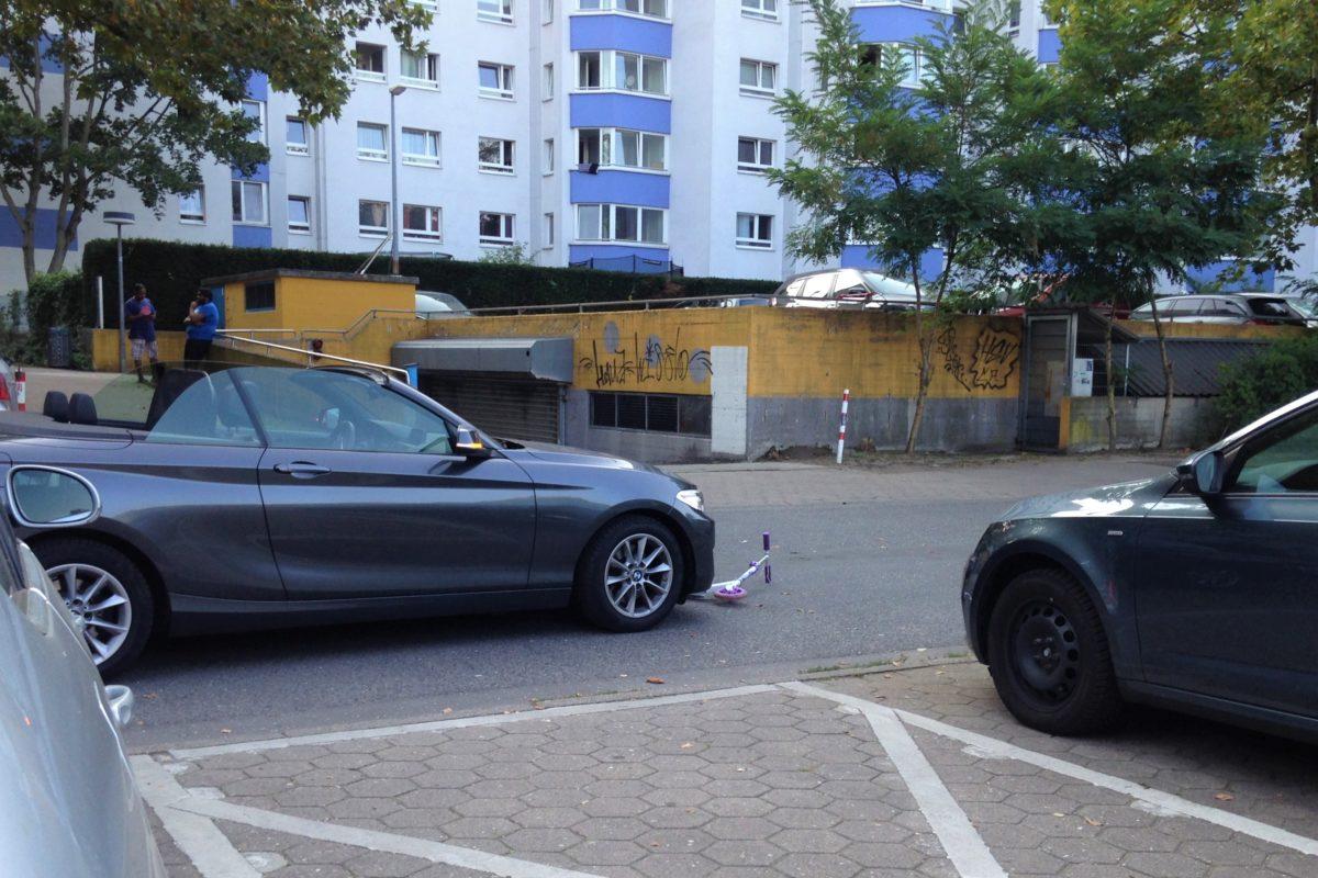 Der Roller des Kindes am Unfallort. Foto: Catharina Rudschies