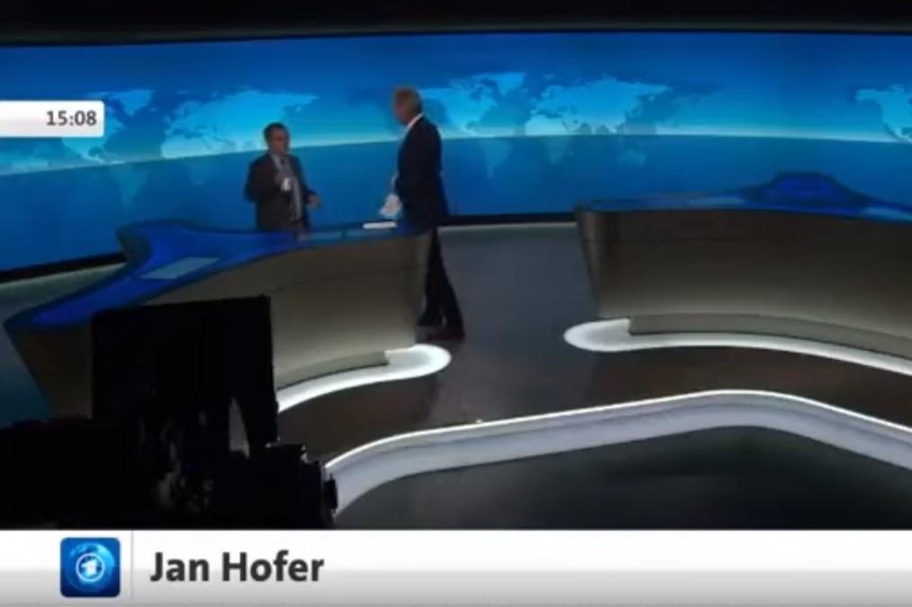 Mikrofon-Panne: Jan Hofer scherzt im Studio mit einem Kollegen. Quelle: Screenshot Youtube