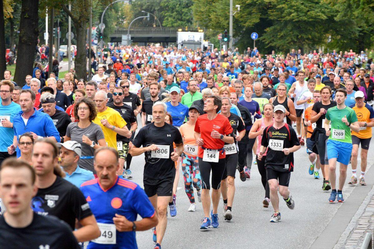 Tausende Läufer umrunden beim Alsterlauf die Außenalster. Foto: Dierk Kruse