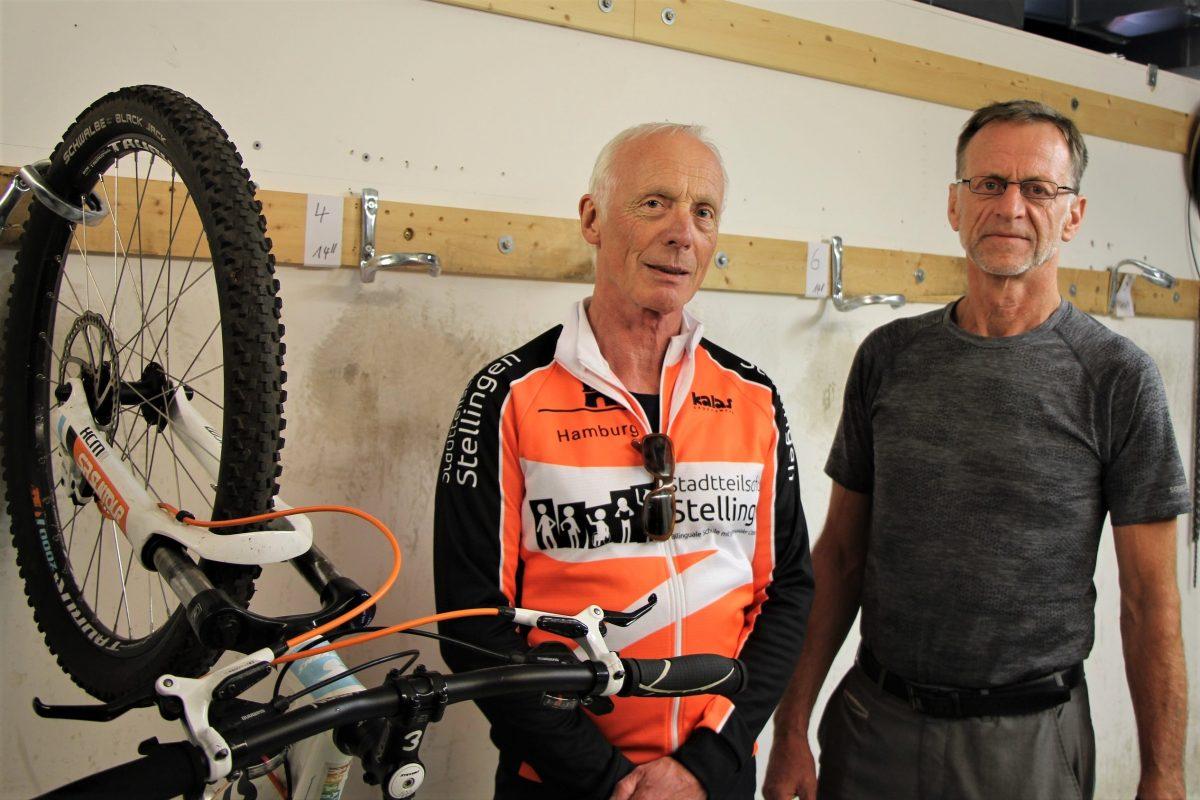 Projektleiter Ralf Hinke und Schulleiter Bern Mader stehen in einer leeren Radwerkstatt. Foto: Bianca Multerer