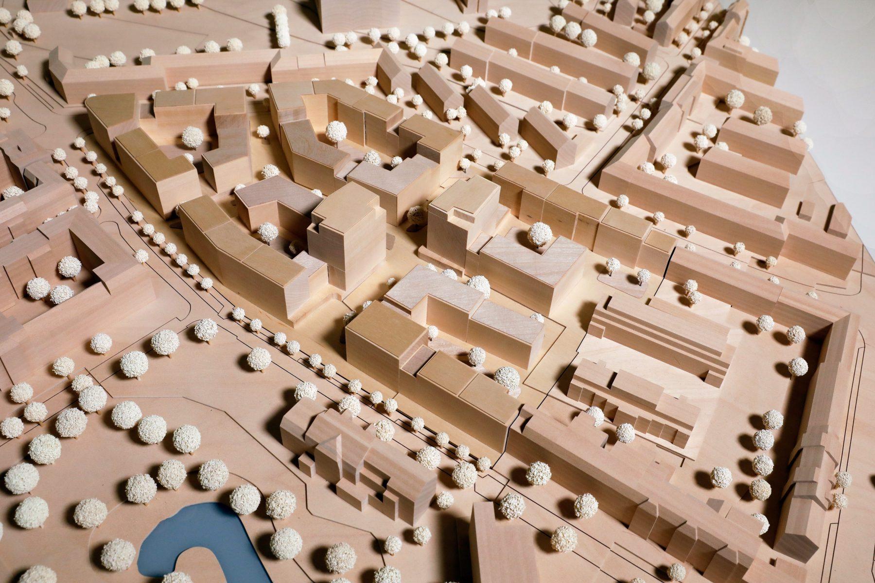 Das hölzerne Modell des Siegerteams zeigt, wie das neue Quartier aussehen soll.