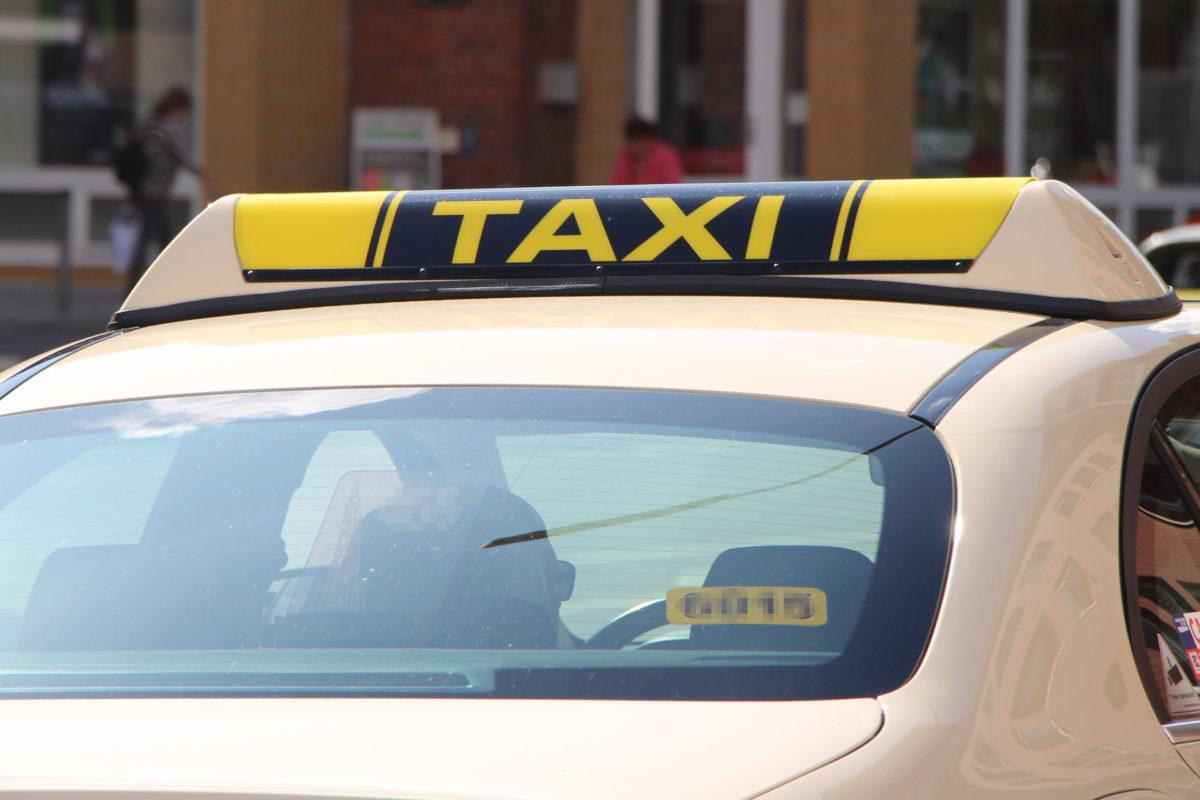 In der Schröderstiftstraße ist am Wochenende ein Taxi mit einem Fußgänger zusammengestoßen. Symbolbild: Vanessa Leitschuh