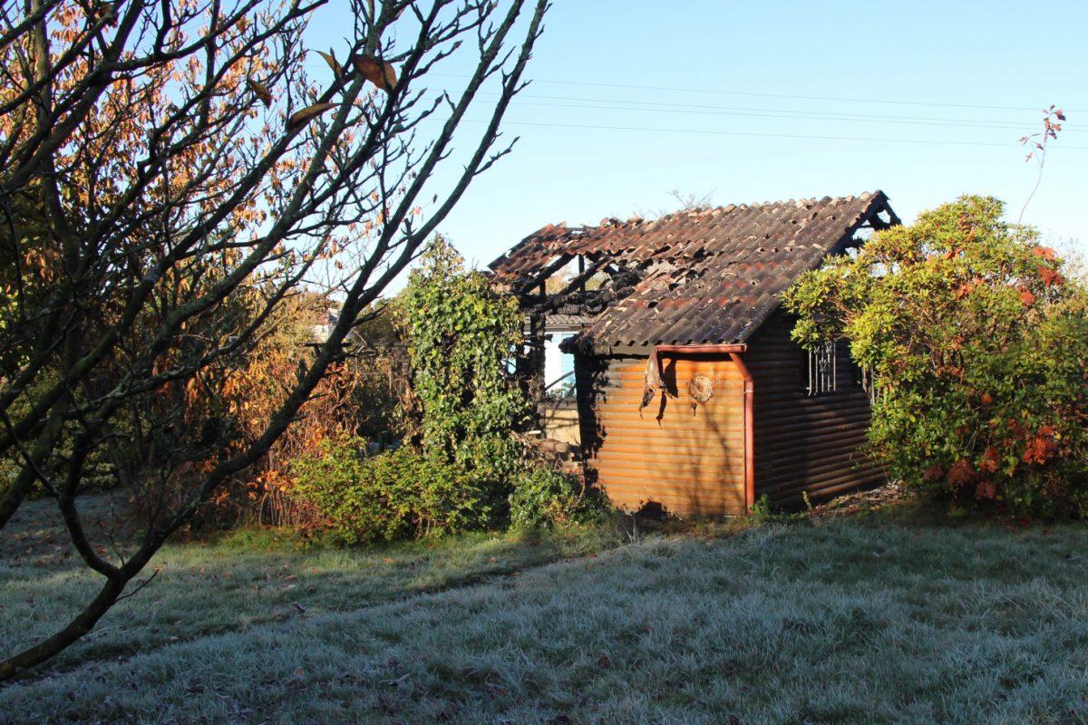 """Eine Laube im Kleingartenverein """"Gartenfreunde Stubbenkamp e.V."""" in Lokstedt fing Feuer. Foto: Vanessa Leitschuh"""