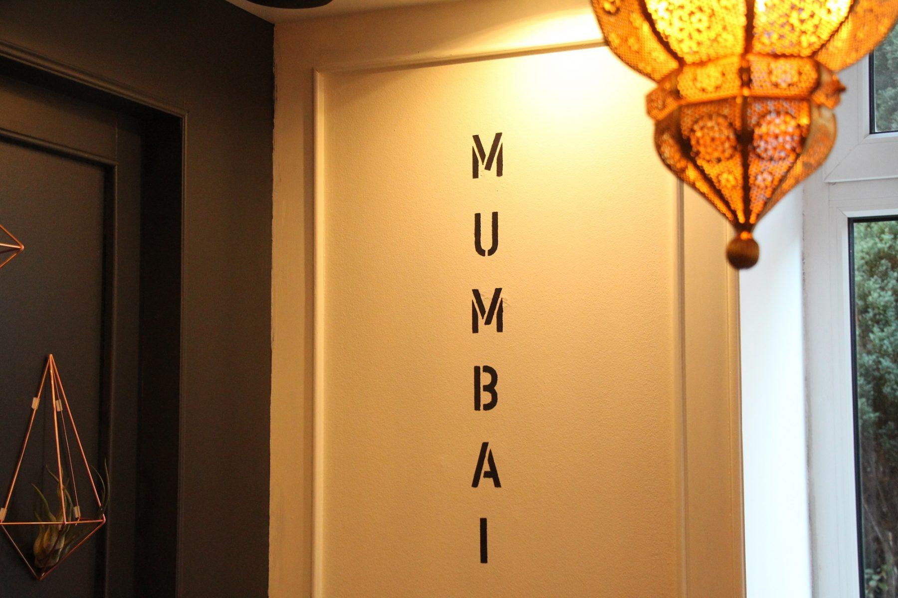 Tarun Ranas Lebensweg ist an den Wänden des Restaurants festgehalten.