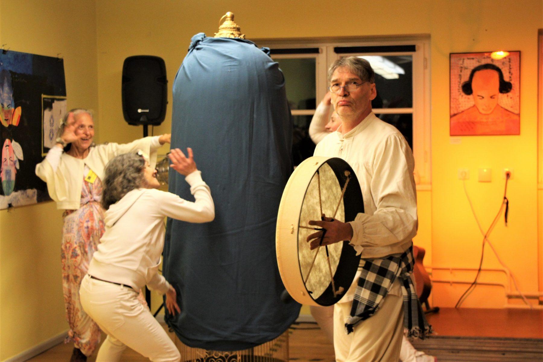 Künstler des Kreativhauses präsentieren eine Performance. Foto: Catharina Rudschies