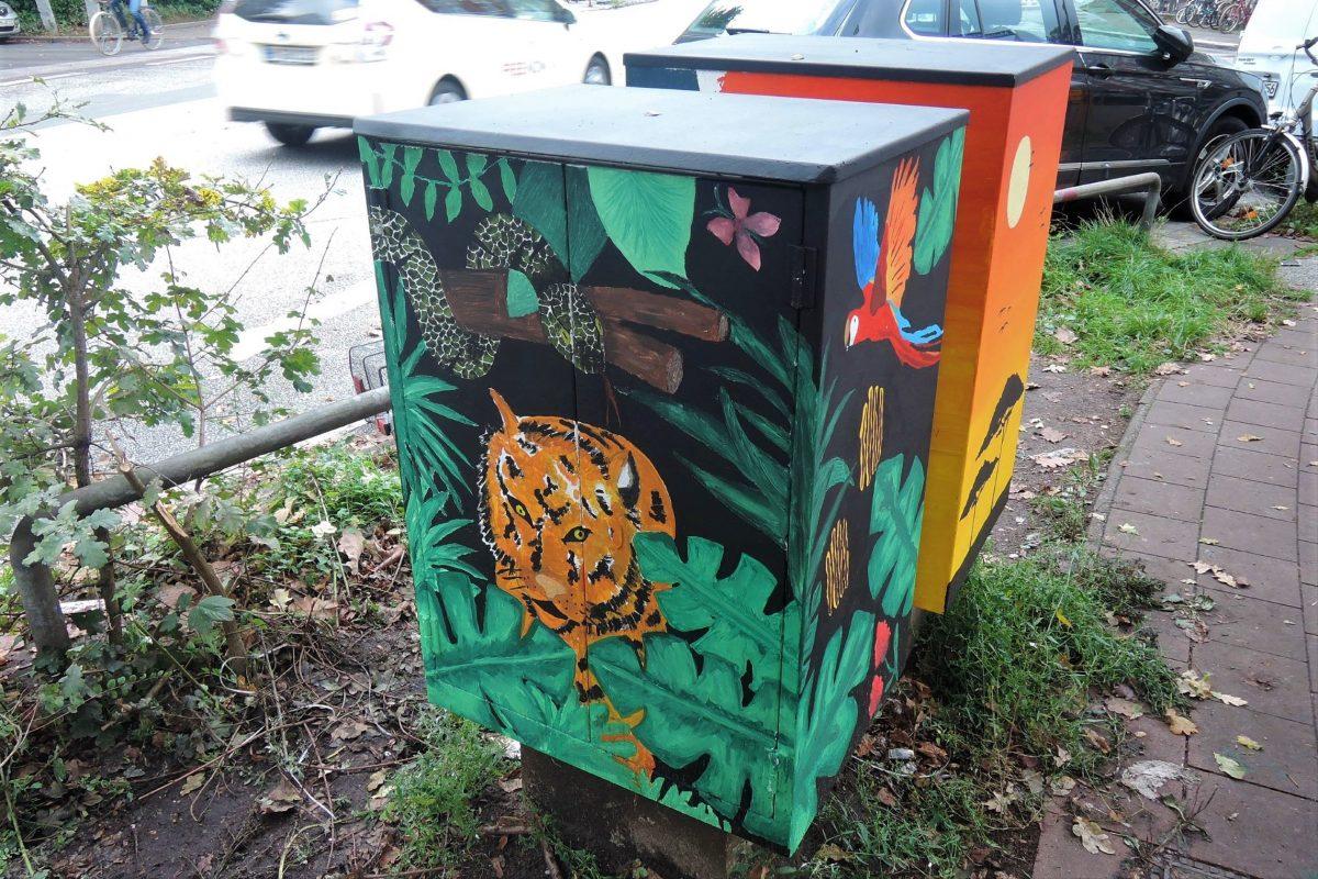 Schüler der Stadtteilschule Stellingen haben Postablagekästen der Deutschen Post verschönert. Foto: HVV