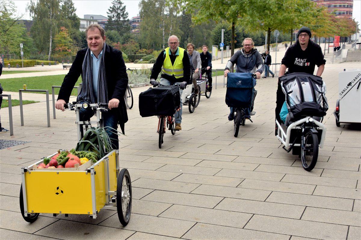 Umweltsenator Jens Kerstan (links) auf einem Lastenrad. Foto: BUE