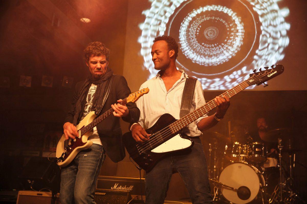 Mischa Gohlke (links) und seine Band-Kollegen Rico Bowen (r. v.) und Alex Jezdinsky (hinten). Foto: Marie Tabuena