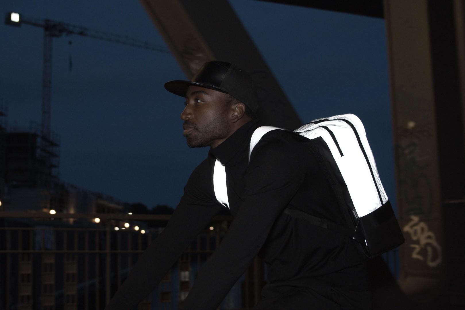 """Der """"Luminant Bag"""" reflektiert auf großer Fläche, wenn er angeleuchtet wird. Foto: Tim Ernst"""
