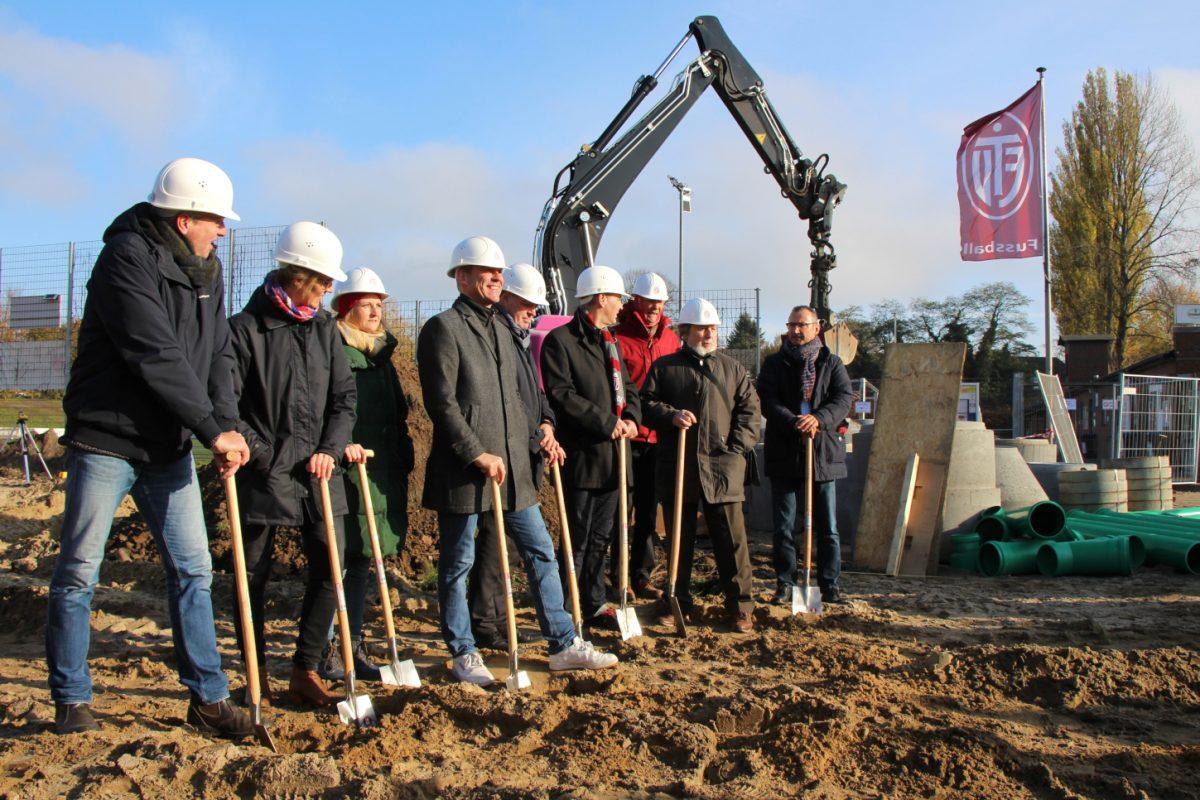 Auch die Bezirksamtsleiter der Bezirke Eimsbüttel und Nord, Kay Gätgens und Ralf Staack (Mitte), setzten zum ersten Spatenstich des neuen Sportzentrums an