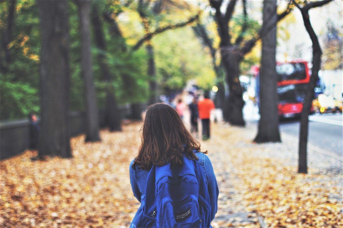 Ein bisher unbekannter Mann soll Kinder auf dem Schulweg angesprochen haben.. (Symbolbild)