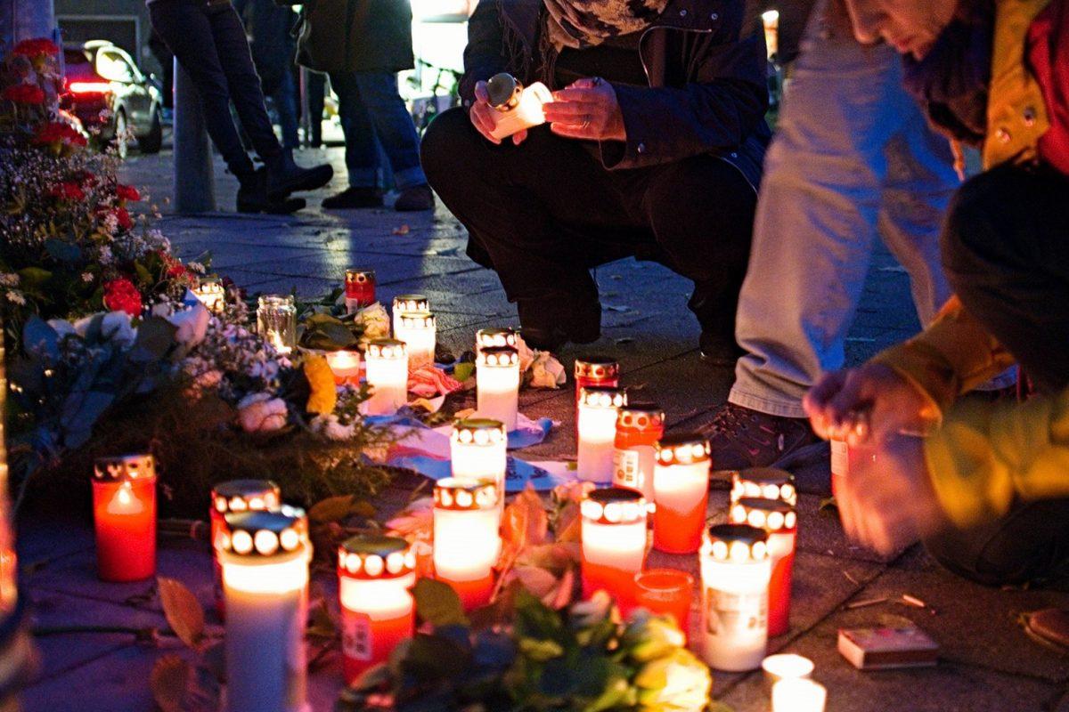Anwohner des Grindelviertels zünden Kerzen an. Foto: Amos Schliack