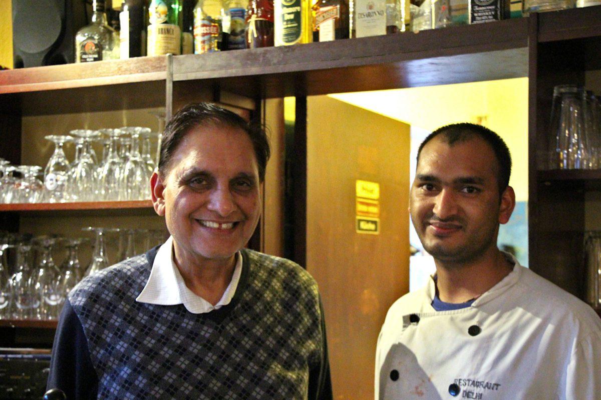 Inhaber Naresh Sharma und Koch Bovindra Singh im Restaurant Delhi in Eimsbüttel. Foto: Sophia Kleiner