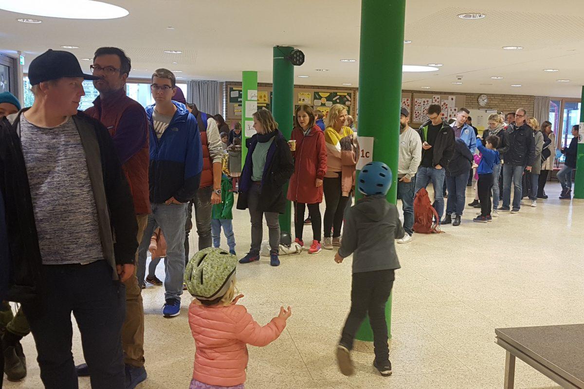 Bis zu einer halben Stunde warteten die Teilnehmer geduldig auf ihre Registrierung.