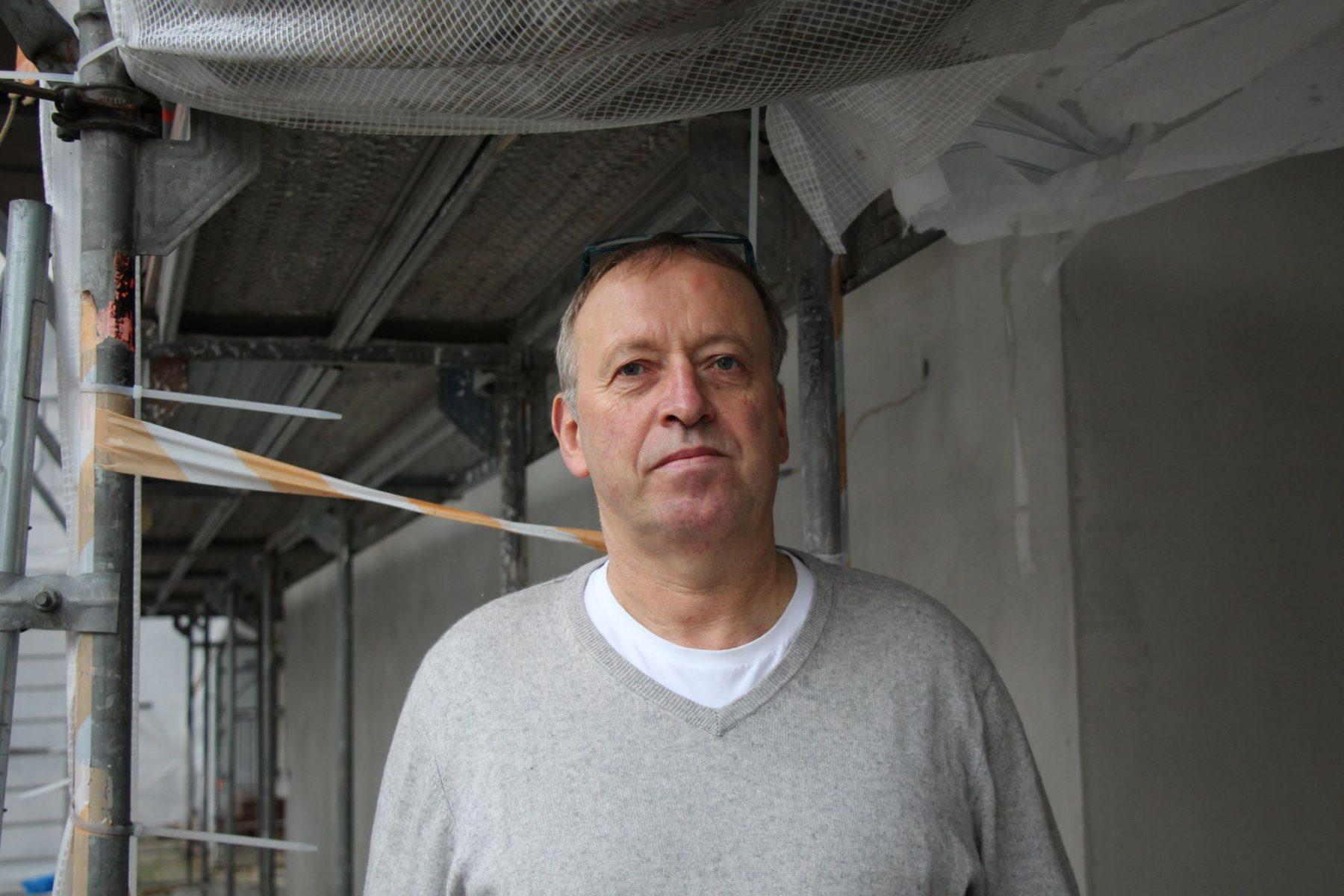Geschäftsführer Christian Möhlenhof vor dem eingerüsteten Maybach.