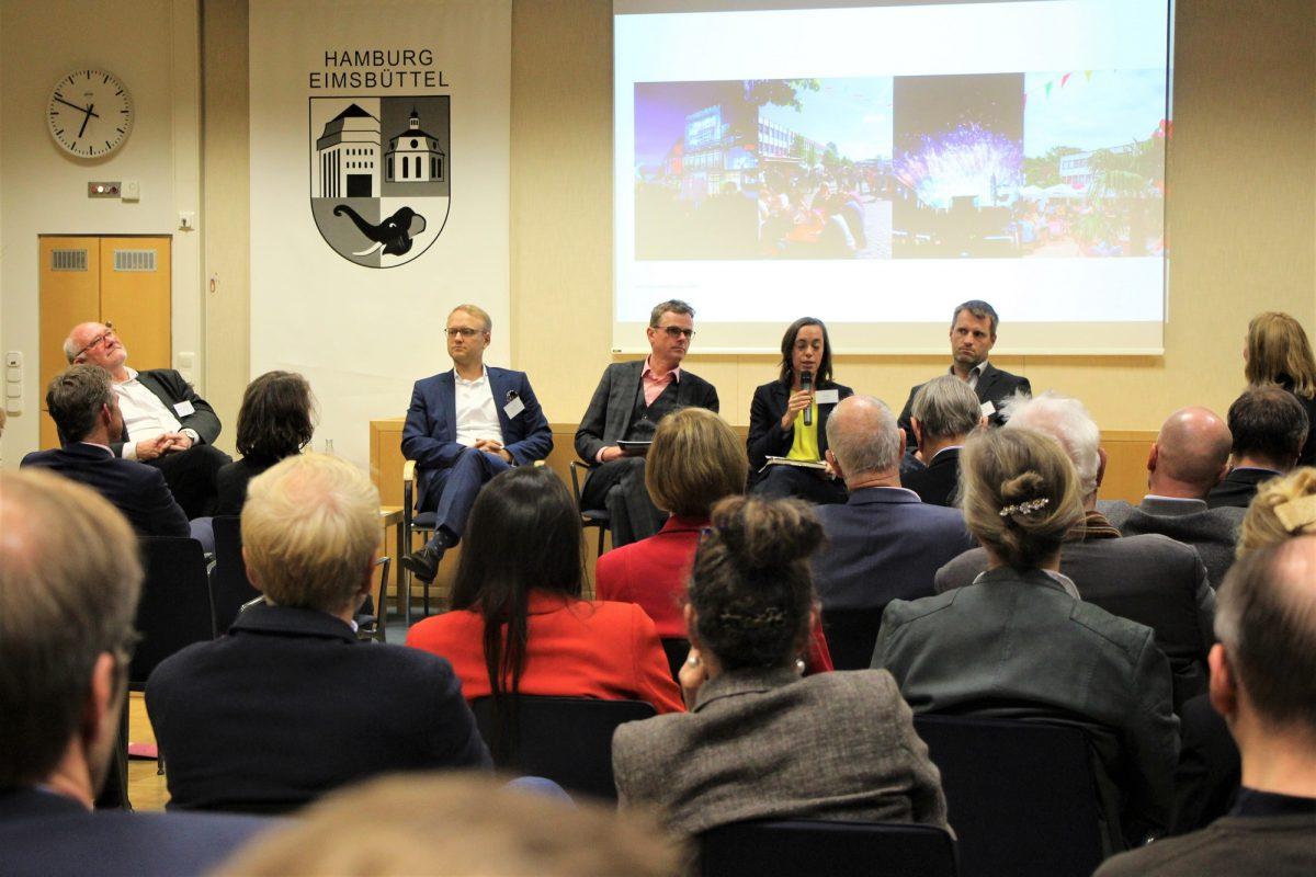 Bei der Wirtschaftskonferenz auf dem Podium: Krüger (HCU), Kruse (FDP), Moderator Schote (Handelskammer), Häder (Tibarg), Lorenzen (Grüne), Andrae (Osterstraße) (v.l.). Foto: Catharina Rudschies