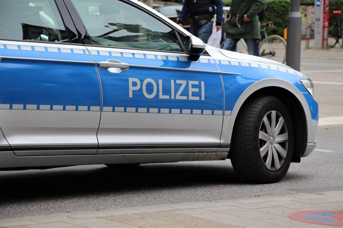 Die Polizei sucht nach einem Mann, der eine junge Frau aus vermutlich fremdenfeindlichen Motiven angegriffen hat. Symbolfoto: Catharina Rudschies