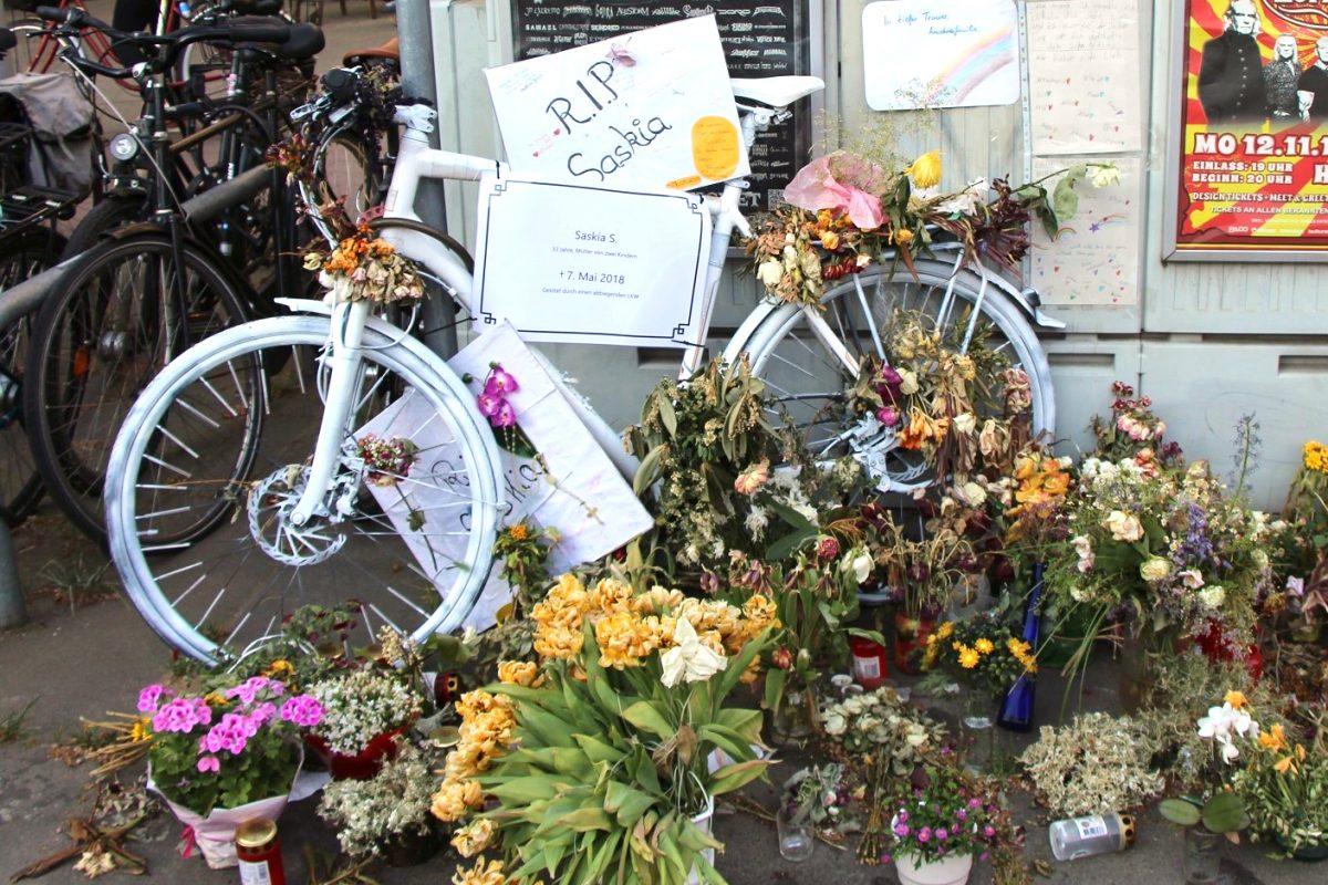 """Direkt nach dem Unfall wurde zur Erinnerung an die getötete Radfahrerin ein """"Ghostbike"""" aufgestellt. Archivfoto: Robin Eberhardt"""