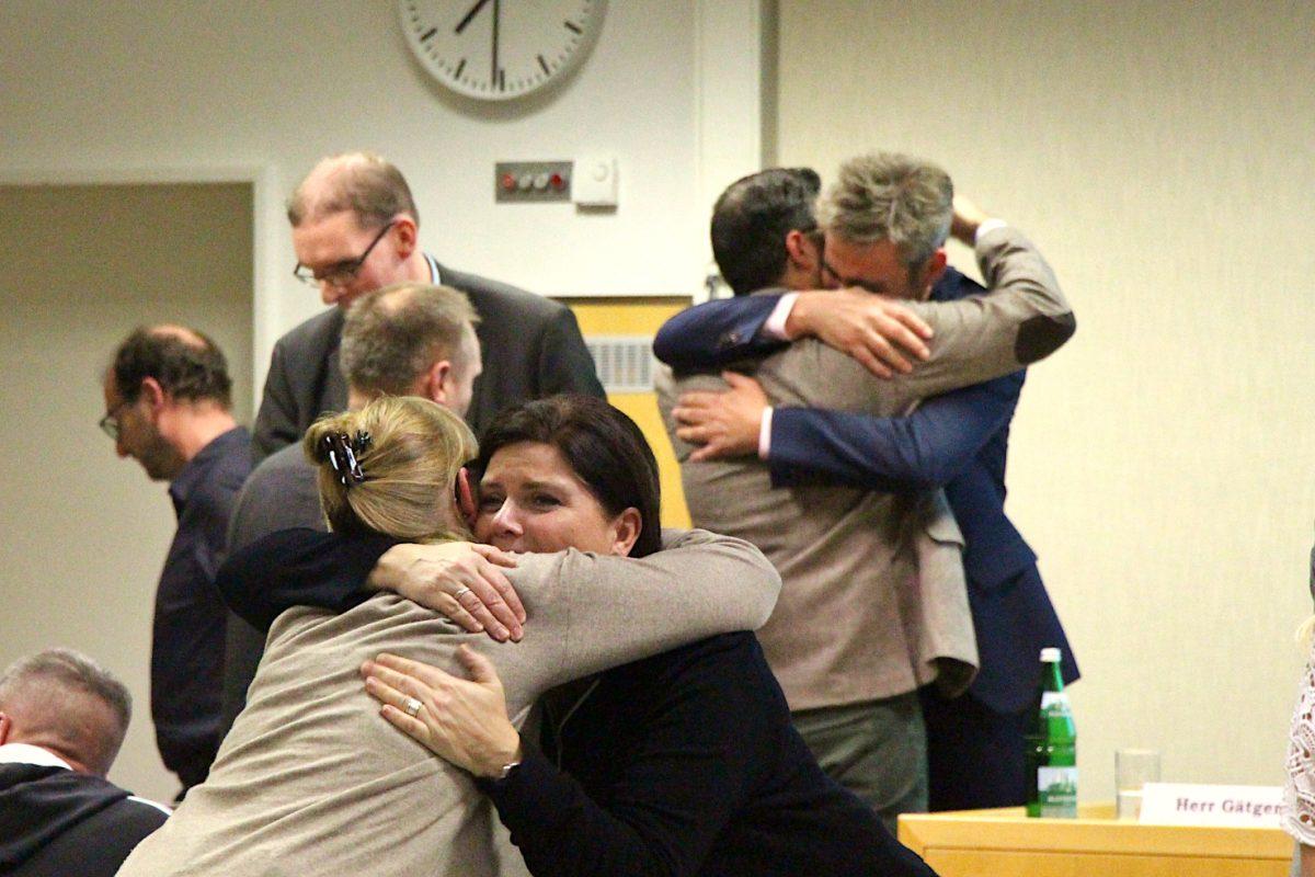 Kay Gätgens bleibt im Amt: Die SPD-Abgeordneten liegen sich nach der Abstimmung in den Armen. Foto: Vanessa Leitschuh