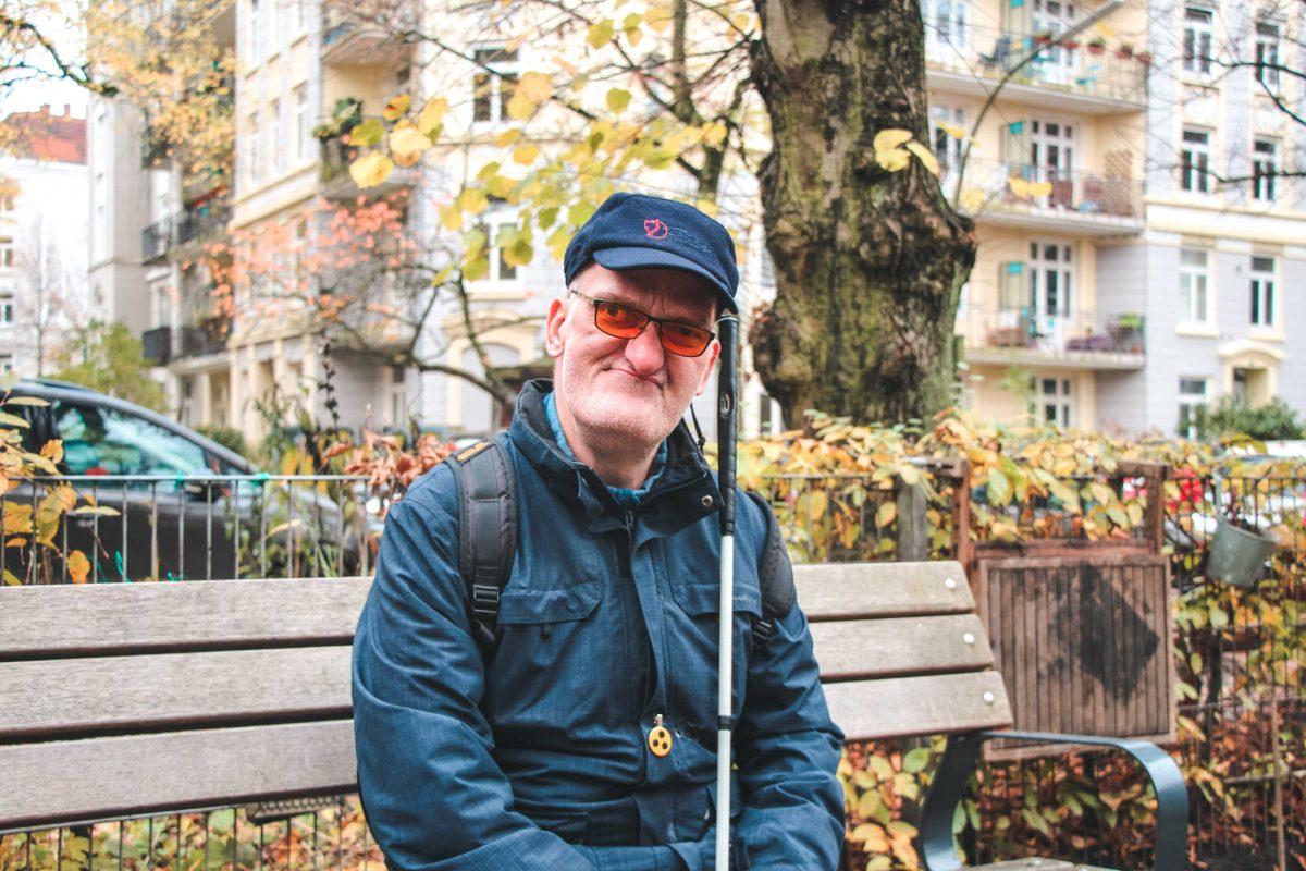 Axel F. auf einer Parkbank.