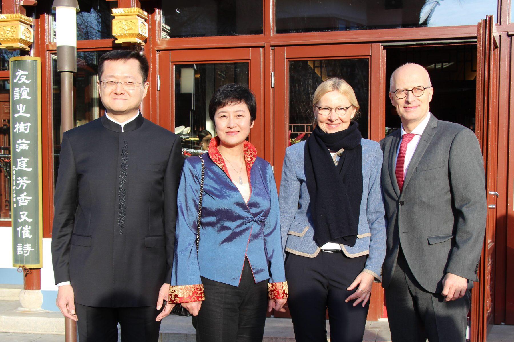 Tschentscher und Generalkonsul Du Xiaohui bei der Wiedereröffnung des Yu Garden. Foto: Sophia Kleiner