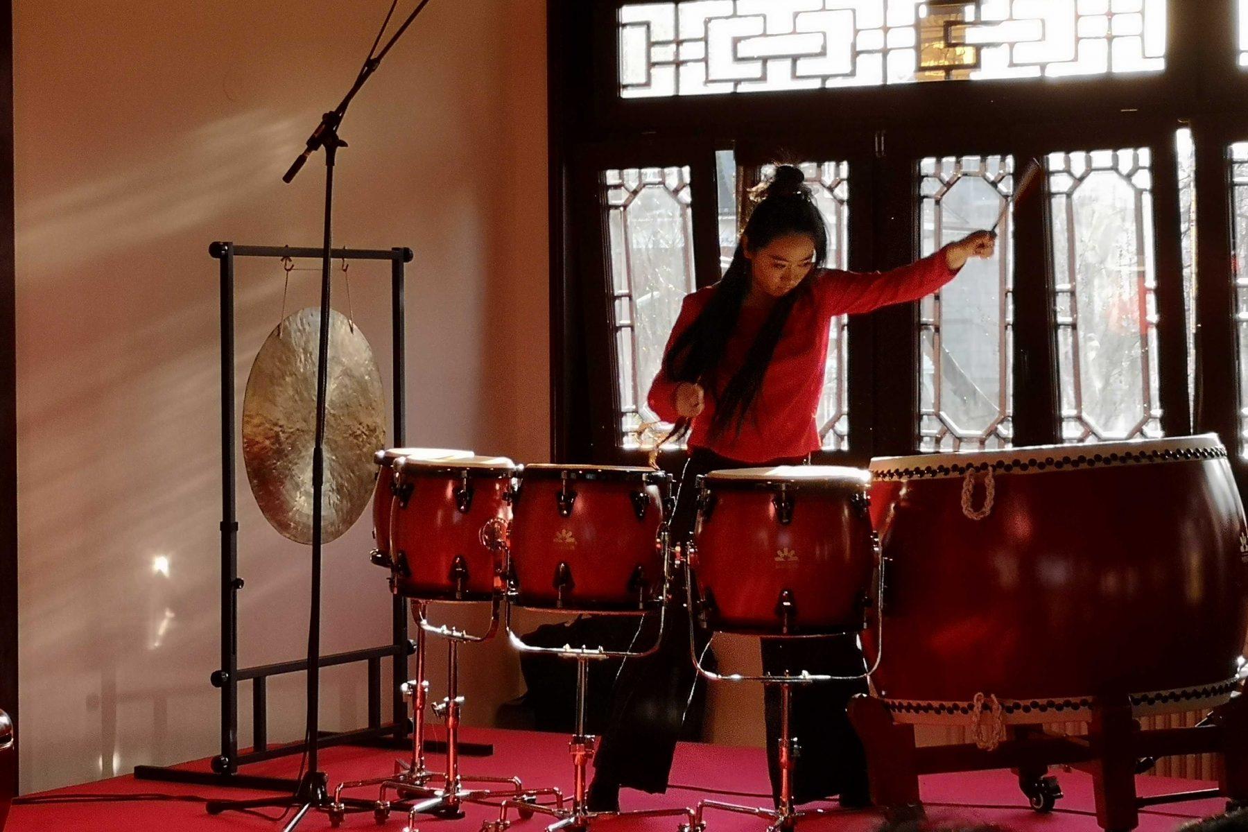 Die preisgekrönte Percussionistin Chen Lin an den chinesischen Trommeln. Foto: Sophia Kleiner