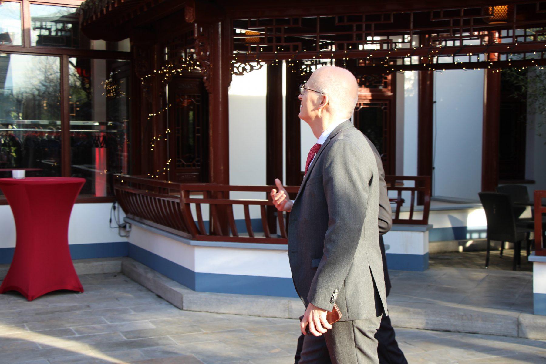 Tschentscher und Generalkonsul Du Xiaohui im Gespräch. Foto: Sophia Kleiner