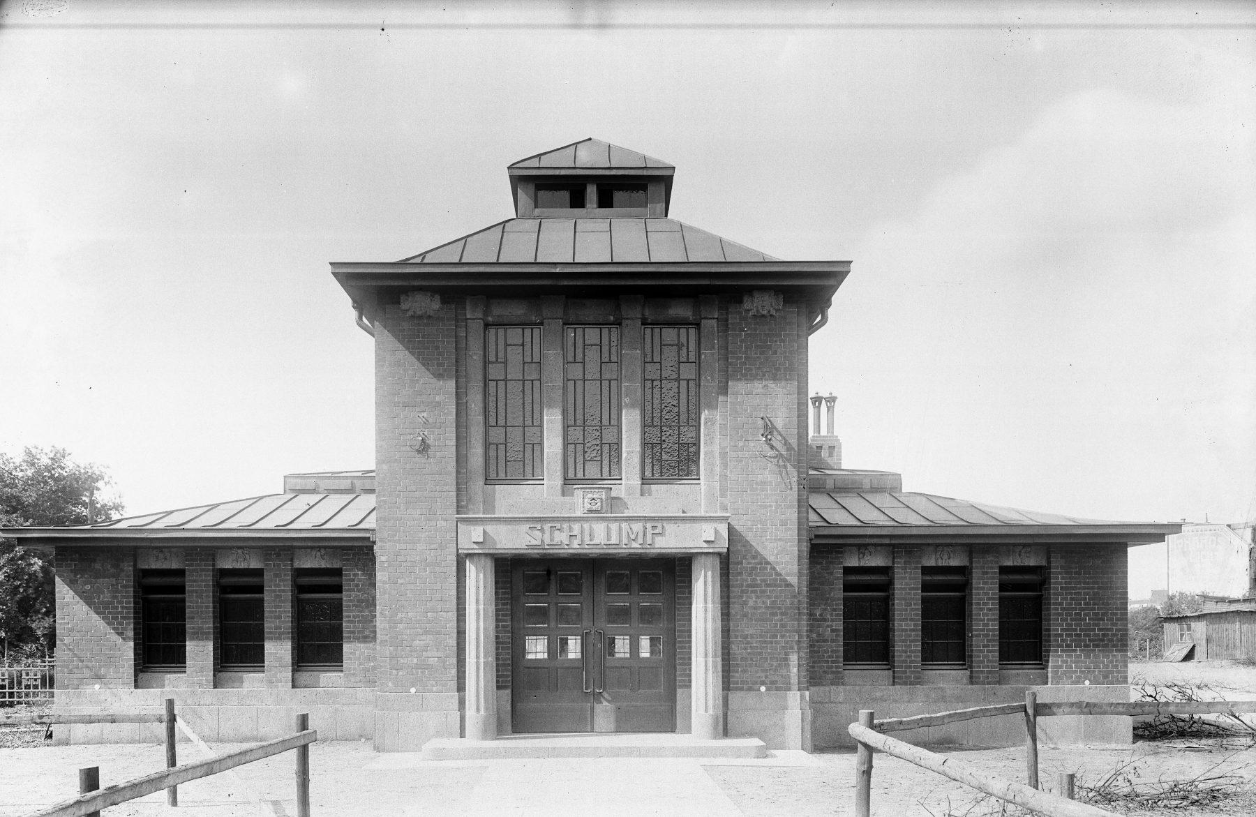 Die U-Bahnstation Schlump im Jahr 1912. 1943 zerstörte eine Bombe das Gebäude und der heutige Glas-Stahl-Bau entstand.