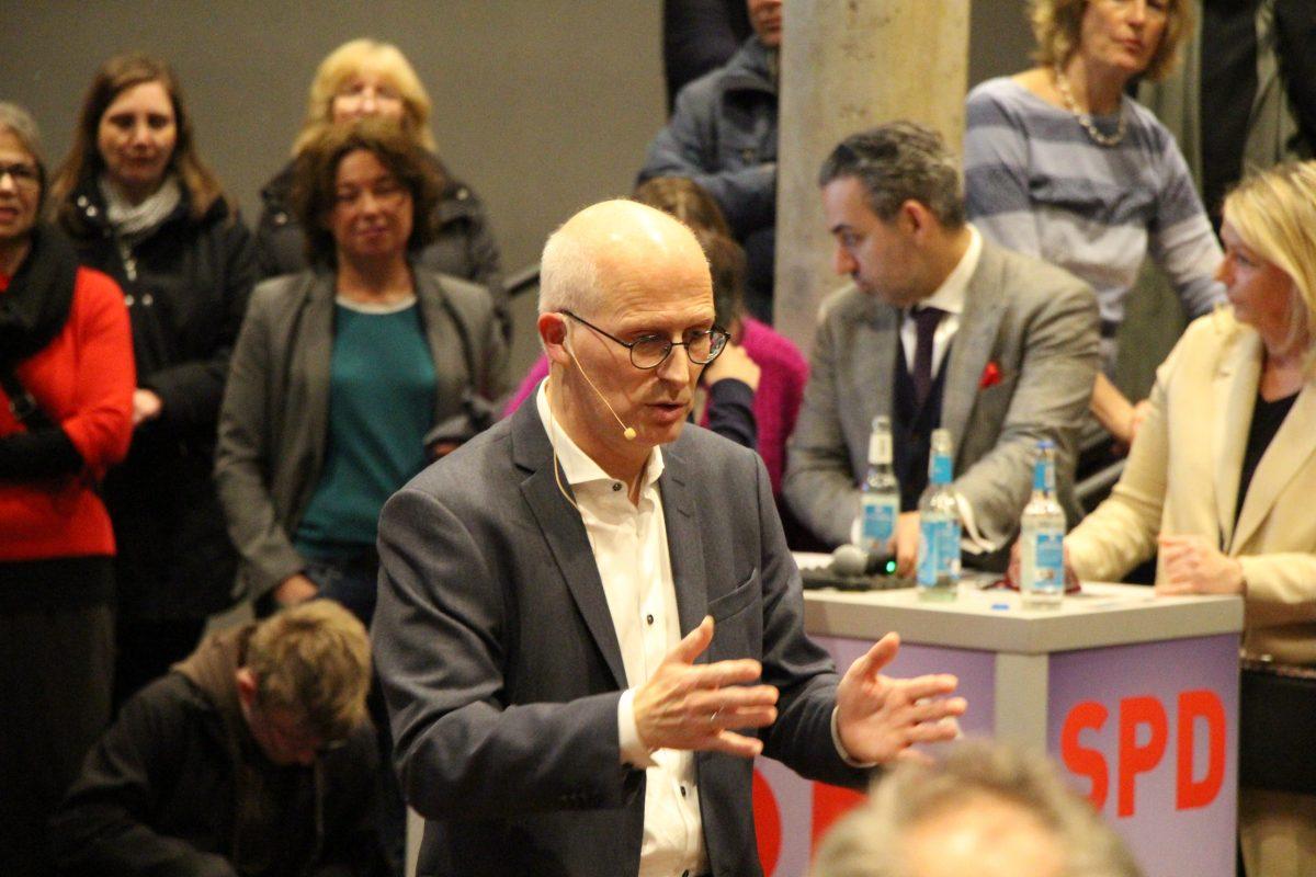 Bürgermeister Peter Tschentscher in der Apostelkirche.
