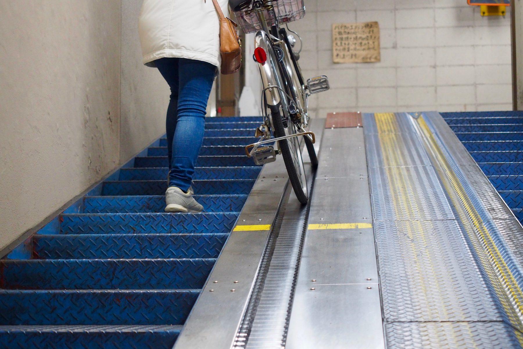Automatische Laufbänder helfen dabei, Fahrräder aus dem Parkhaus zu transportieren. Foto: Annika Demgen