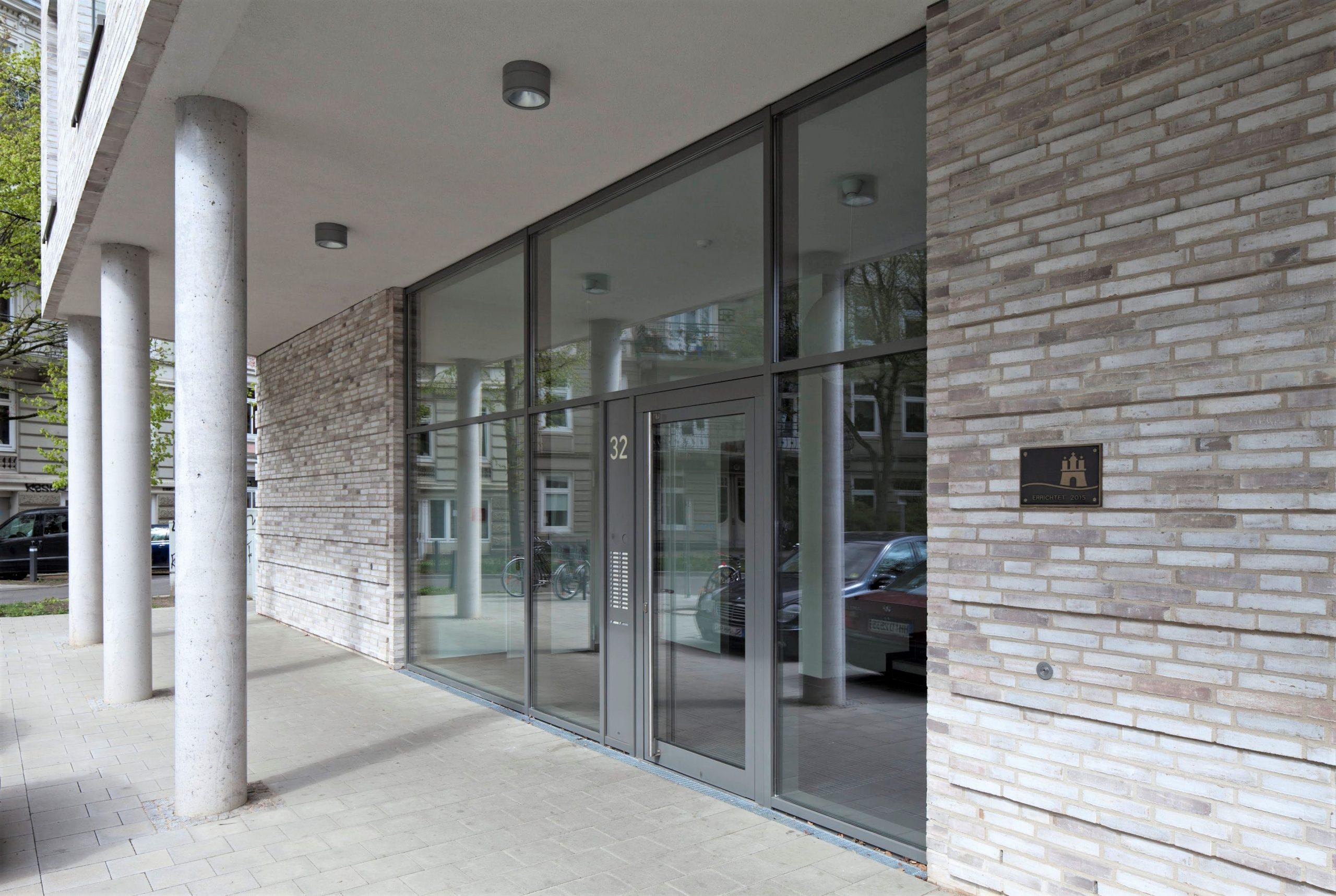 """Der Eingangsbereich des Neubauprojektes """"Wohnen am Eimsbütteler Marktplatz für die Generation 60+"""". Foto: Oliver Heissner"""
